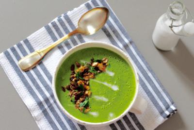 Soupe crue aux épinards et toppings marinés