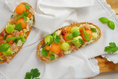 Une recette idéale pour l'été pour un déjeuner à 2 : tartine melon, avocat, speck et herbes ! C'est frais, c'est bon, c'est parfait !